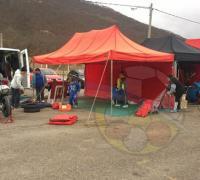 Mauro Passarino y los integrantes de su equipo en el momento de levantar el campamento en el autódromo de Salta.
