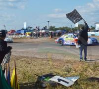 El gobernador Domingo Peppo baja la bandera a cuadros al ganador del Tc Chaqueño Fernando Fa.