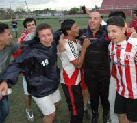 Joselo Fernández emocionado festeja con sus jugadores. Foto Diario Norte