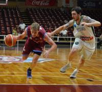Marianbi se lleva bola seguido por Montes