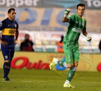 Sebastián Saja festeja el tercero de Racing y Carlos Tevez sufre la decepción por la derrota.