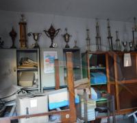 Trofeos, muebles y papeles tirados