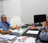 El profesor González conversando con Walter Valussi