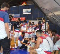 Gastón Castro dando instrucciones en el banco tricolor