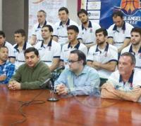Los jugadores y dirigentes durante la presentación oficial.