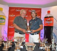 Ignacio Maidana, ganador en scratach, recibió el premio de manos de Oscar Korovaichuk, propietario de Cabalgata.