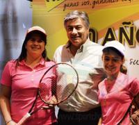 Antonio Morante junto a la jugador Gianina Acelle y la entrenadora Daniel Macías.