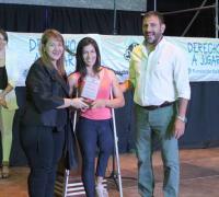 Marcelo González entregando el reconocimiento a la ministra Mosqueda