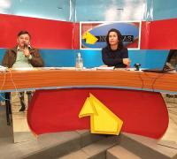 Jorge Piela con Claudia Rodríguez, de Canal Video Visión de Coronel Du Graty en el sorteo de Comercio