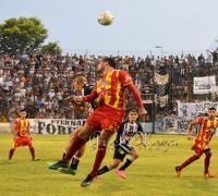 Lucha en en el medio, en el empate de For Every Sarmiento en uno. Foto Ariel Meza. El Aguante