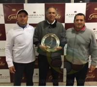 Jose Viturro presidente del Golf y Agustín Altieri de Casinos Gala/Amerian entregando la Copa a Gabriel Pérez Guy