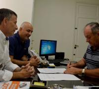 Víctor Gasko intendentee de La Clotilde en la firma del convenio con Brugnoli y Núñez