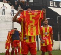 Vuelve el 5 titular Claudio Cevasco. La foto del último domingo cuando le dedicaban el gol. Foto Diario Norte