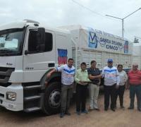 Emilio Bufalini, recibe  la llaves del camión de manos de del presidente de Comercio Jorge Piela, del tesorero Jorge Monzón y el vicepresidente 1º Ariel Romero.