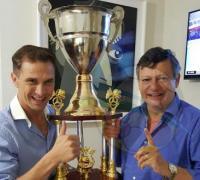Kirstein le obsequió el trofeo a Domingo Peppo