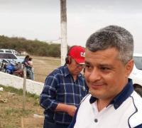 Fabian Flores en el una transmisión en el Aut´dromo. Detras su padre, Alfredo.