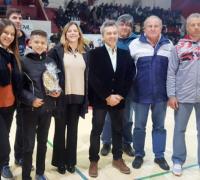 La familia de Luis Pikaluk recibió un reconocimiento en el entretiempo del partido entre Progre y Sarmiento.