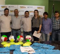 Las autoridades de Lotería Chaqueña entregaron equipamiento deportivo para las categorías de handball del Club Social y Deportivo Fontana, articuladas por voluntarios de la Fundación Días Felices.