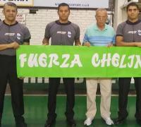 Jos jueces que dirigieron   Hindú y Acción, con el comisionado Carlos Coronel, le transmitieron fuerzas al árbitro César Oviedo.