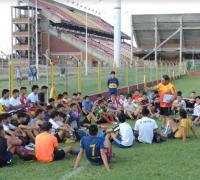 Uno de los grupos en las canchas auxiliares del Centenario. Foto www.futbolenfotos.com.ar