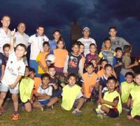 Autoridades con los chicos en la Fundación Gastón
