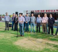 Gustavo Martínez hablando en la inauguración en la Isla de la cnacha de hockey de césped sintético