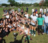 Ivan de los Santos con las chicas que festejaban el título