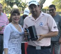 Eidman recibiendo la Copa Luis Cuadrado