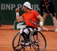 Festeja Gustavo Fernández, al vencer en la final de Roland Garros en tenis adaptado