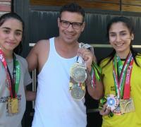Maravilla Martínez con nuestras campeonas, Ailén y Milagros Acosta