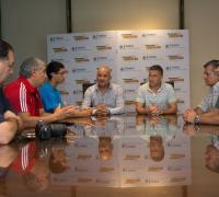 Matías Fernández con autoridades de Lotería Chaqueña