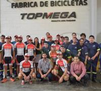 Los corredores y todos los intgrantes del equipo de ciclismo Top Mega