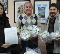 Jorge Gonzalez, Romina Casafus entregando elementos deportivos a Néstor Amarilla