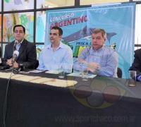 Representantes de REconquista con autoridades locales, en la presentación de la pesca del Surubí