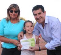 Juan Carlos Arguello en Match Point entregando uno de los certificados