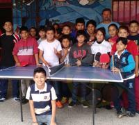 El profesor Gustavo Levisman con los chicos del tenis de mesa