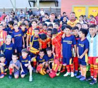 Acosta y Valdez junto a los chicos de Sarmiento