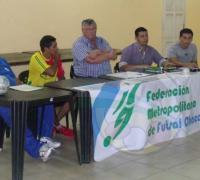Juan Carlos Plozzer de Colonia Popular firmando convenio con Juan Carlos Arguello