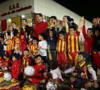 El presidente Capitanich con los chicos de la Escuelita tras la inauguración de las nuevas canchas reducidas
