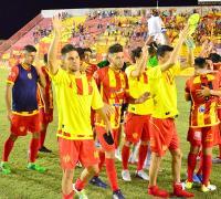 Festejo final de Sarmiento tras la sufrida victoria frente a Patria