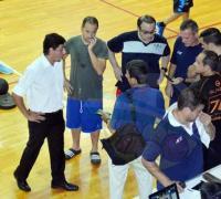 El comisionado junto a representantes de los dos equipos analizando la situación, que desembocó en la suspensión de La Villa y Sarmiento