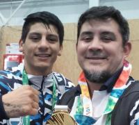 Brian Arregui y con Javier Alvarez y la medalla de oro