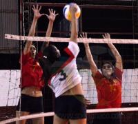 Escena del partido que Regatas le ganó a Sarmiento 3-1 en voley de rpimera femenino.