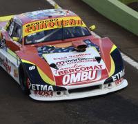 Oscar Sánchez con su auto de TC Pista