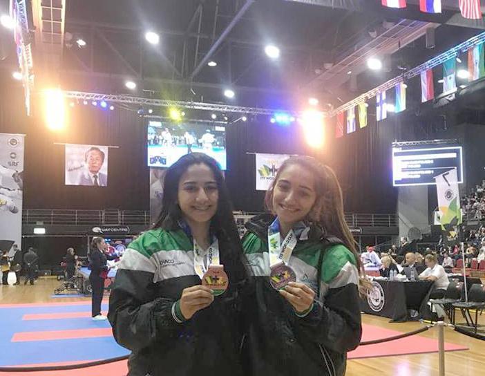 Milagros y Ailén mostrando la medalla conseguida por equipos en Australia