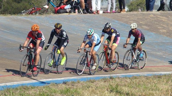Nutrido grupo de ciclistas en una de las competencias del pasado 25.