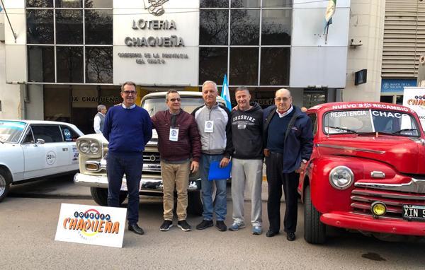 Algunos autos, participantes y el presidente de lotería en el inicio de la Vuelta del Chaco