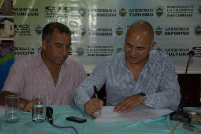 Firma del convenio con el intednete de La Leonesa