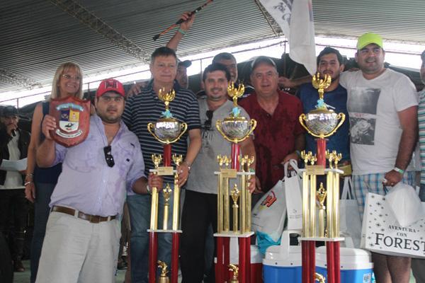 El equipo campeòn recibe los trofeos de manos del gobernador Peppo