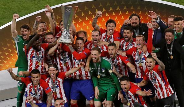 Con Ángel Correa, el primero hincado a la izquierda, Atletico Madrid festeja el título